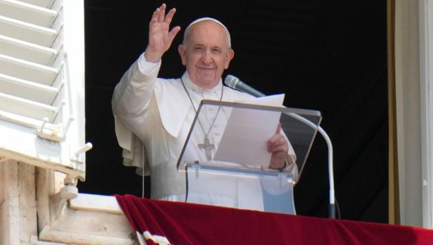 Nur knapp drei Stunden vor seiner Einlieferung ins Spital hatte der Papst das Publikum auf dem Petersplatz nach sonntäglicher Tradition fröhlich begrüßt. (Bild: The Associated Press)