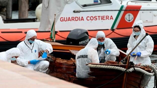 Forensiker untersuchen das Holzboot der Getöteten. (Bild: AP)