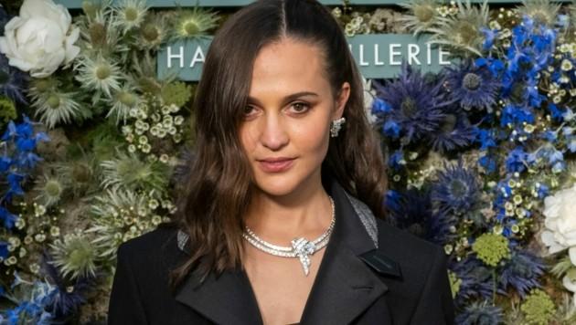 """Die Schauspielerin Alicia Vikander trägt ein High-Jewellery-Schmuckset aus der BRAVERY-Kollektion namens """"La Star du Nord"""". (Bild: Louis Vuitton)"""