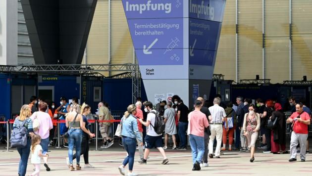 5. Juli: Als noch reger Andrang in der Impfstraße im Austria Center Vienna herrschte. Das wäre auch heute noch nötig. (Bild: APA/Helmut Fohringer)