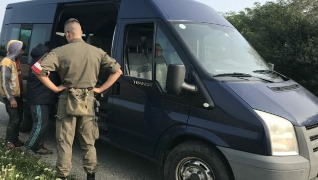 In diesem Kastenwagen hockten 13 Migranten. Im Kleintransporter eines Schleppers aus Tadschikistan waren es doppelt so viele. (Bild: Schulter Christian)