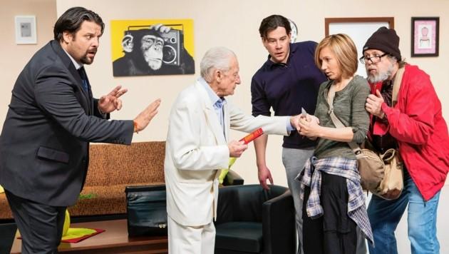 """Hubert Repnig (im weißen Anzug) in der Komödie """"Tom, Dick and Harry"""", einer Produktion der Komödie 9020 im Jahr 2015. (Bild: Komödie 9020)"""