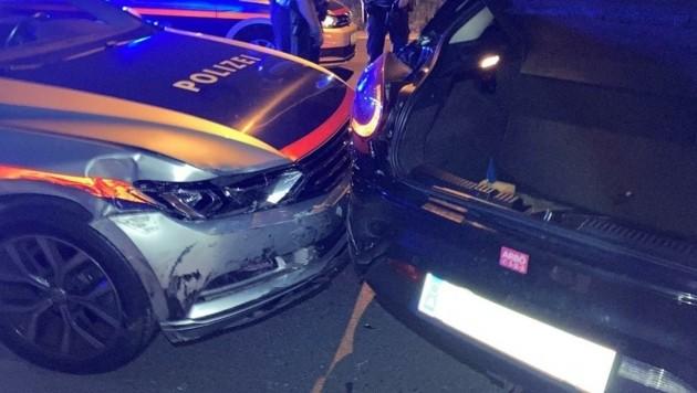 Die Polizei musste den Fiat des Amokfahrers in Linz-Urfahr rammen, um ihn zu stoppen. Der Verdächtige zeigte Koran-Verse vor. (Bild: Polizei OÖ)