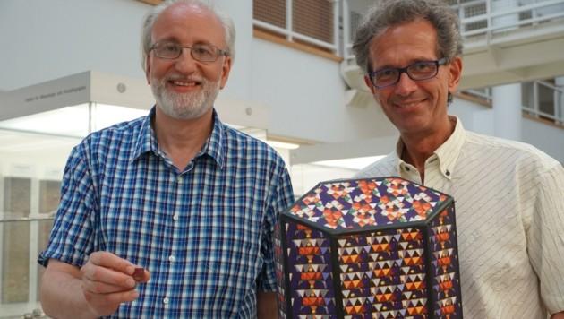 Entdecker Ertl (li.) und Vorstand Lengauer mit Mineralmodell (Bild: Robert Krickl)