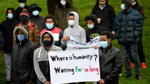 Migranten protestieren in London, um einen positiven Asylbescheid zu erzwingen, (Bild: AFP)