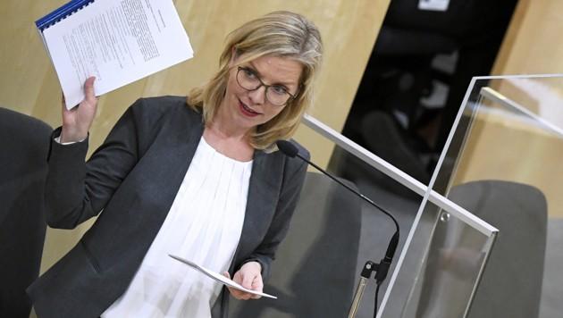 """Umweltministerin Leonore Gewessler (Grüne) sprach höchst erfreut von einem """"großen Tag für den Klimaschutz"""". (Bild: APA/ROBERT JAEGER)"""