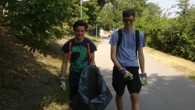 Zwei Gymnasiasten in Aktion. 50 große schwarze Säcke mit Müll kamen zusammen. (Bild: Elisa Bousairi)