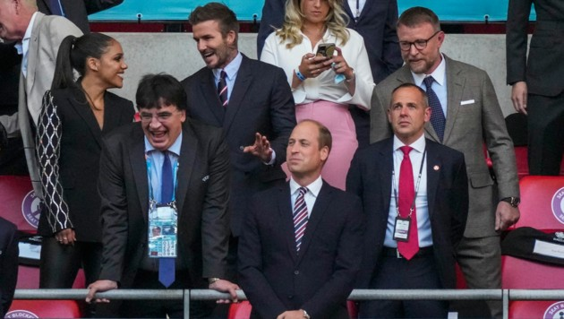 David Beckham unterhielt sich schon vor dem Anpfiff gut - und zwar mit Alex Scott. (Bild: AP)