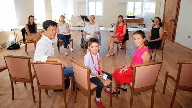 Die Jury hängte auch David (8) und seiner Schwester Lorea (10) Mimura eine Goldene um. (Bild: Evelyn HronekKamerawerk)