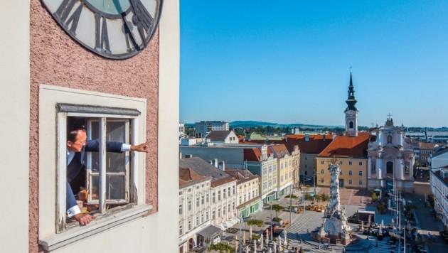 Bürgermeister Stadler testet bereits den Ausblick vom Turm. (Bild: Arman Kalteis)