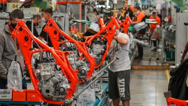 Für eine zusätzliche Schicht in der Motorradproduktion werden 100 Arbeiter gesucht. (Bild: Markus Wenzel)