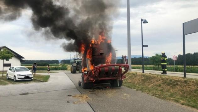 An der Ballenpresse entstand ein Totalschaden. (Bild: ZvG/ Feuerwehr St. Michael ob Bleiburg)