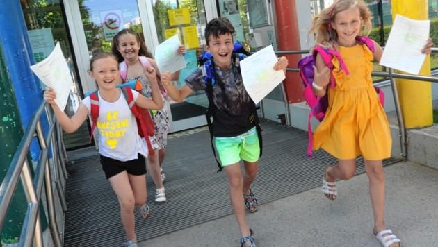 Mit den Zeugnissen in ihrer Hand stürmen die Kinder der Volksschule Viktring in die wohl verdienten Ferien. (Bild: Rojsek-Wiedergut Uta)
