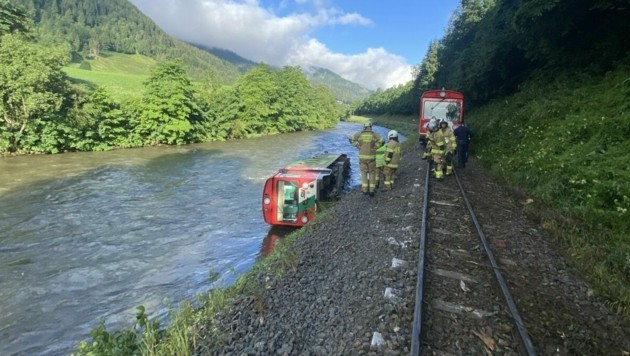 Voraussichtlich am Freitag soll das Triebfahrzeug der verunglückten Murtalbahn geborgen werden. (Bild: APA/Freiwillige Feuerwehr Tamsweg)