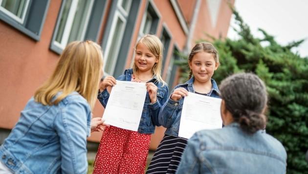 Endlich Ferien! Stolz zeigen Sophie und Lilly von der Schärf-Schule Wels ihr Zeugnis her (Bild: Wenzel Markus)