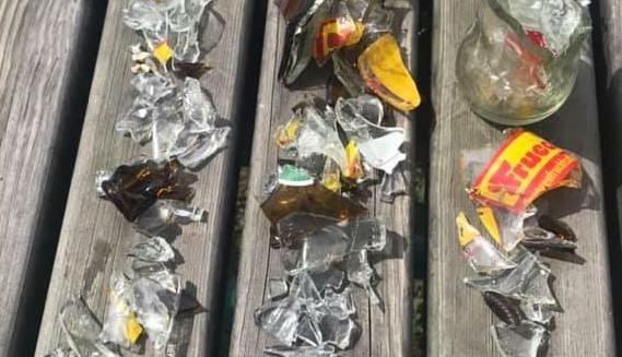 Massenhaft Glasscherben von zerbrochenen Flaschen wurden gefunden, diese wurden offenbar gezielt platziert. (Bild: Helmut Zakall)