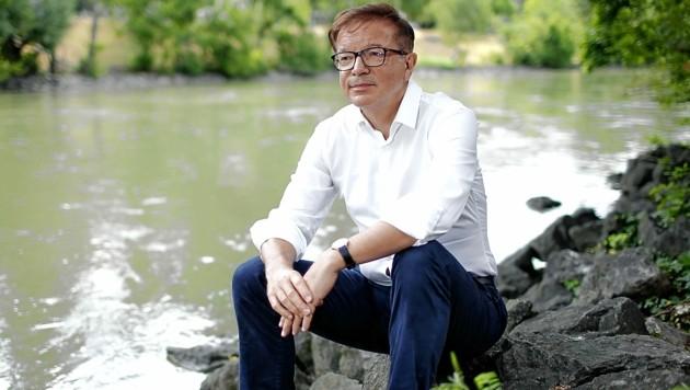 """Befreit und bereit für Neues: Rudolf Anschober sitzt während eines Interviews mit der """"Krone"""" auf einem Stein und lässt seinen Blick über den Donaukanal schweifen. (Bild: Reinhard Holl)"""