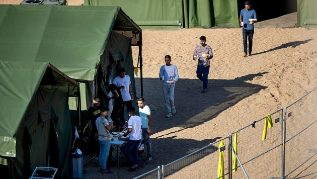 Migranten in einem neu errichteten Auffanglager in der Stadt Pabrade (Bild: AP)