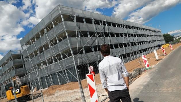 Im Lakeside Park wird gebaut! Das Parkhaus wird bereits Ende Juli fertiggestellt, das neue Bürogebäude noch im laufenden Jahr. (Bild: Rojsek-Wiedergut Uta)