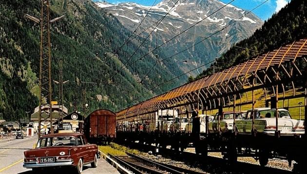 Die Tauernschleuse war rasch sehr beliebt. In den 60-iger Jahren wurde über den Güterwagen eine Art Käfig gesetzt. (Bild: ÖBB)