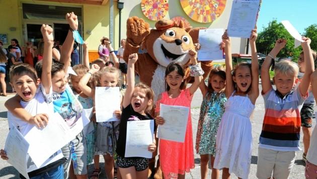 Schaut, wie sich die Kinder über die Zeugnisse freuten! Ihr hoffentlich auch? (Bild: Rojsek-Wiedergut Uta)