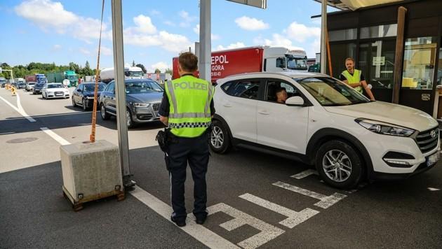 Die österreichischen Beamten kontrollierten beim Grenzübergang Suben. (Bild: Scharinger Daniel)