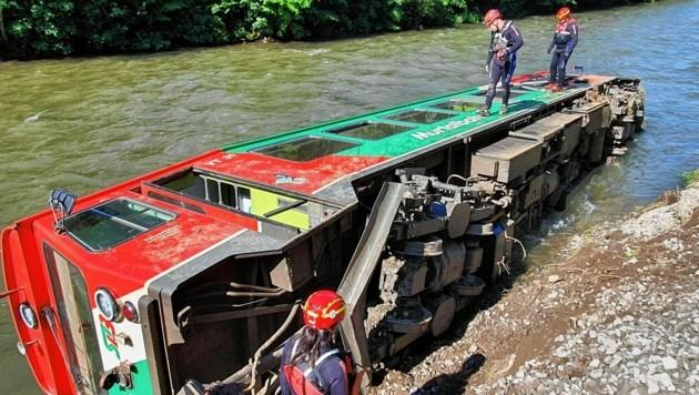 Sachverständiger haben am Freitag und Samstag an einer Lösung zur Bergung des Zugs gefeilt. (Bild: APA/WASSERRETTUNG LV SALZBURG)