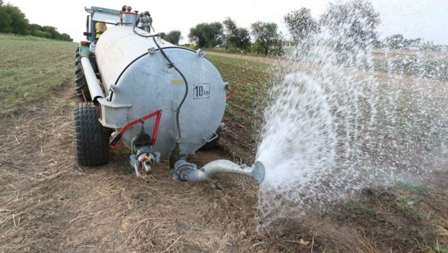 Mehrmals am Tag müssen die Landwirte in trockenen Gebieten wie im Bezirk Eisenstadt mit vollem Tank auf ihre Felder, um für notwendige Bewässerung zu sorgen. (Bild: Judt Reinhard)