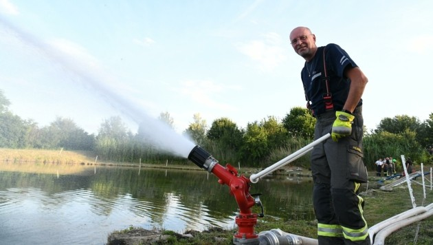 """""""Wasser marsch!"""" Rund 2400 Liter Löschmittel pro Minute werden durch das Rohr gepumpt. (Bild: Huber Patrick)"""
