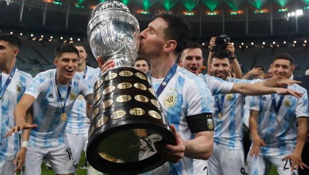Lionel Messi jubelt zusammen mit seinen Teamkollegen. (Bild: AP)