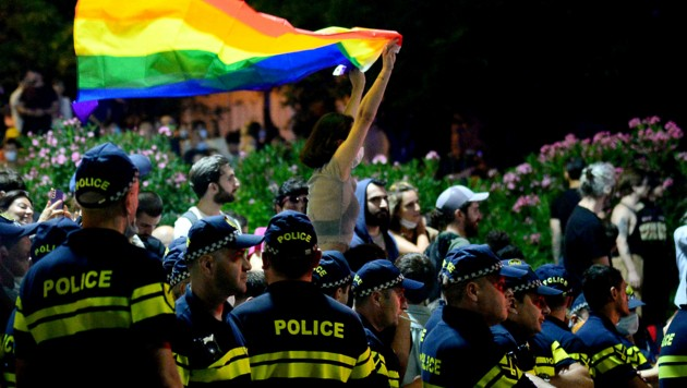 Die Regenbogenflagge polarisiert auch in Georgien. (Bild: APA/AFP/Vano Shlamov)