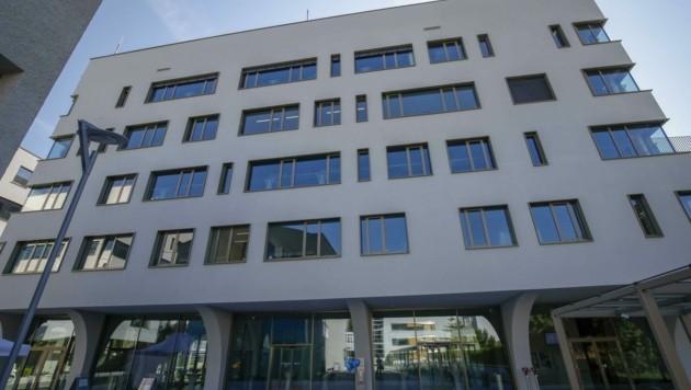 An der Paracelsus Medizinischen Privatuniversität in Salzburg soll in Zukunft die Digitalisierung vorangetrieben werden. Die Stadt Salzburg steuert dafür 150.000 Euro bei – jedoch nicht ohne Diskussionen im Vorfeld. (Bild: Tschepp Markus)