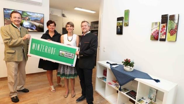 Präsident Niki Berlakovich mit Dorothea Jagschitz bei den Gastgebern Silvia und Kurt Kaiser vom Winzerschlössl in Kleinhöflein. (Bild: Judt Reinhard)