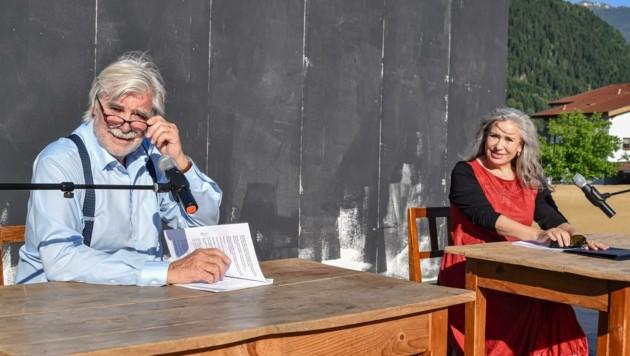 """Selbst wenn sie """"nur"""" lesen, anstatt auf der großen Schauspielbühne zu agieren, beeindrucken die beiden Vollprofis Peter Simonischek und Brigitte Karner durch ihre Bühnenpräsenz. (Bild: Hubert Berger)"""