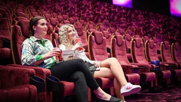 Ein Getränk, Knabbereien und ein gepolsterter Sessel: Nun auch wieder in Salzburgs Kinos möglich. (Bild: Alexander Schwarzl)