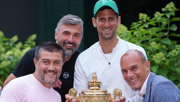 Novak Djokovic und sein Team mit Goran Ivanisevic (oben L), Edoardo Artaldi (unten R) und Ulises Badio. (Bild: AFP/Bob Martin)
