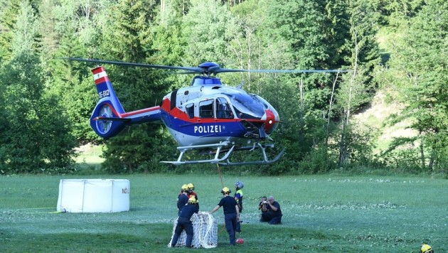 Polizei, Heer und Sonderdienst rückten nach Gutenstein an. (Bild: Huber Patrick)