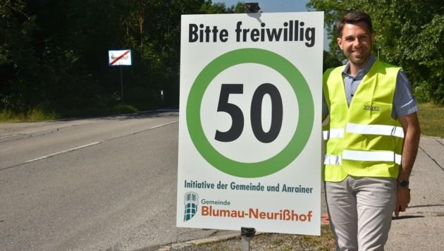 Mit einem Schild wollte Klimes die Lkw bremsen. Die einzige Folge war jedoch eine Anzeige, weil die Tafel gegen die Straßenverkehrsordnung verstößt. (Bild: privat)