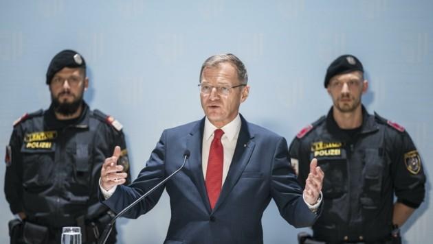 """LH Thomas Stelzer (ÖVP) wurde bei der Pressekonferenz im Linzer Landhaus von zahlreichen Polizisten """"bewacht"""". (Bild: Land OÖ/ Max Mayrhofer)"""