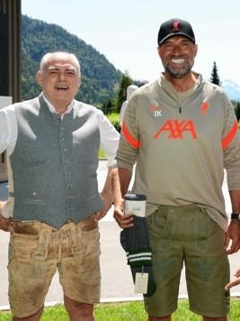Klopp (r.) reiste privat an und probierte seine neue Lederhose, die ihm als Geschenk überreicht wurde. (Bild: www.neumayr.cc)