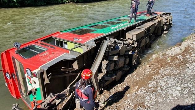 Die Bahn stürzte in die Mur. (Bild: WASSERRETTUNG LV SALZBURG)