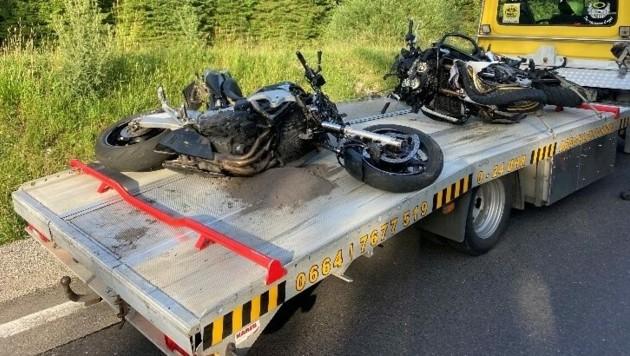 Für die Lenker kam jede Hilfe zu spät, die Motorräder wurden abtransportiert. (Bild: ff-badischl.at)