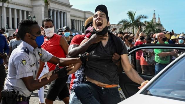 Die Polizei in Havanna griff hart gegen die Protestierenden durch. (Bild: AFP/YAMIL LAGE)