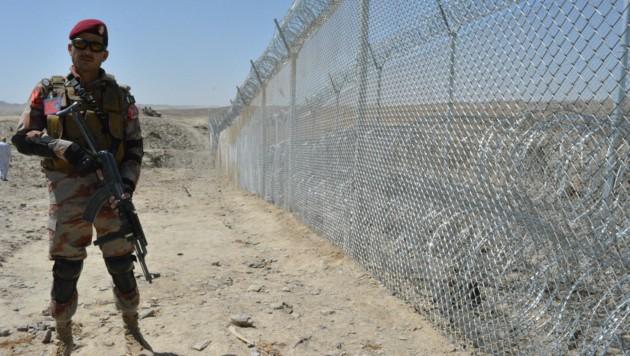 Nach dem Rückzug der USA übernehmen zunehmend wieder die Taliban die Kontrolle - viele Menschen versuchen daher nun, ins Ausland zu gelangen. (Bild: AFP/BANARAS KHAN)