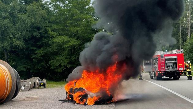 Der seltene Sportwagen war von der Feuerwehr Vöhrenbach nicht mehr zu retten, brannte komplett aus. (Bild: Feuerwehr Vöhrenbach)