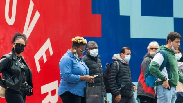 """Die Pandemie ist zwar noch nicht """"over"""", dennoch setzt die britische Regierung Lockerungen der Corona-Maßnahmen um. (Bild: AP/PA Wire/Dominic Lipinski)"""