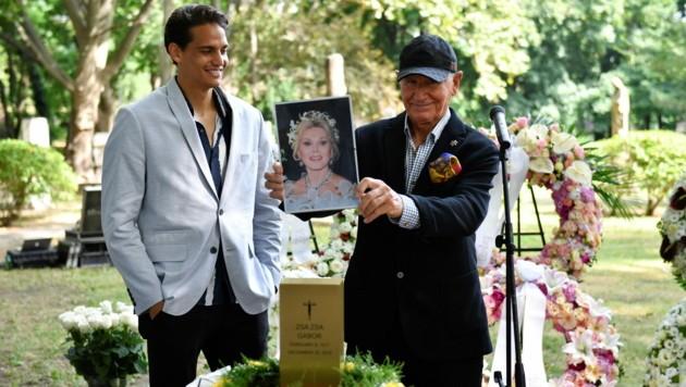 Frederic Prinz von Anhalt hat die Urne mit der Asche der Schauspielerin Zsa Zsa Gabor in ihre ungarische Heimat gebracht. (Bild: MARTON MONUS / REUTERS / picturedesk.com)