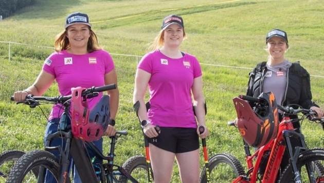 Lisa Grill (Mitte) mit Krücken, Ramona Siebenhofer (li) und Michaela Heider (re.) mit Downhill-Bikes. (Bild: GEPA pictures/ Harald Steiner)