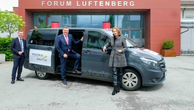 Günther Steinkellner (M.), Alfred Loidl und Michaela Huber (ÖBB) vorm Postbus-Shuttle. (Bild: Einöder Horst)