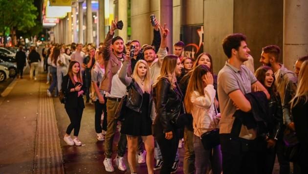 Die Partyszene (hier vor einem Club in Oberösterreich) macht den Covid-Experten Sorgen (Bild: Alexander Schwarzl)